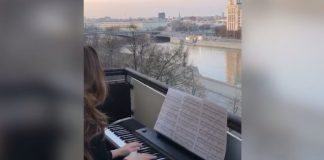 Moscow pianist gave a concert on the balcony in the period of self-isolation