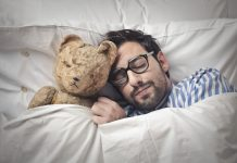 The psychologist recommended that couples in a time-isolation sleep separately